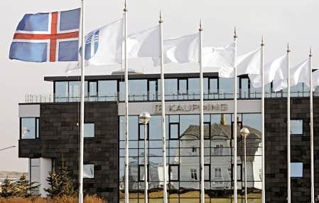 Le drapeau islandais a été hissé devant le siège social de la Kaupthing Bank, à Reykjavik, après que le gouvernement eut été forcé de prendre le contrôle de la plus importante banque islandaise, en octobre 2008.