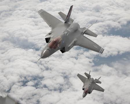 Les Forces canadiennes veulent acquérir le F-35 Joint Strike Fighter, de la multinationale américaine Lockheed Martin. L'entreprise serait prête à garantir au Canada un prix tout juste sous les 100 millions de dollars l'unité. L'avion, qui n'est pas encore en production, sera doté des dernières technologies et sera furtif (difficile à détecter par les radars).