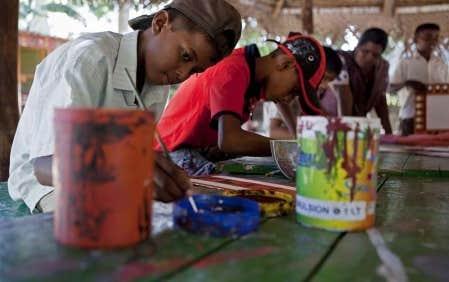 Des enfants participent &agrave; un atelier de peinture au Butterfly Peace Garden. <br />