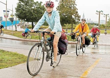 Des cyclistes ont brav&eacute; le mauvais temps hier et ont travers&eacute; le pont Alexandra, sur lequel une voie leur a &eacute;t&eacute; am&eacute;nag&eacute;e. Forte de ses 220 km de sentiers d&eacute;di&eacute;s, Ottawa-Gatineau aurait la plus grande proportion de cyclistes au Canada.<br />