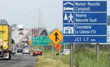 Le ministère des Transports a entrepris de remplacer tous les panneaux de signalisation du réseau routier afin de les rendre plus faciles à lire, une tendance nord-américaine, selon le MTQ. La fabrication des nouveaux panneaux a été confiée au privé, en vertu des réformes pilotées par Monique Jérome-Forget.