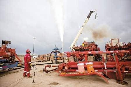 Un ouvrier surveille la purge d&rsquo;un puits de gaz de schiste dans l&rsquo;&Eacute;tat du Nouveau-Mexique, une sc&egrave;ne typique qui pourrait se multiplier au Qu&eacute;bec, en particulier sur la rive sud du fleuve, o&ugrave; se concentre l&rsquo;essentiel des projets d&rsquo;exploration et d&rsquo;exploitation.<br />