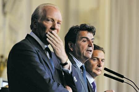 Les ministres Brice Hortefeux (&agrave; gauche), Pierre Lellouche (au centre) et &Eacute;ric Besson hier en conf&eacute;rence de presse.<br />
