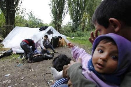 Une famille de Roms vit dans une tente &agrave; Villeneuve-d&rsquo;Ascq depuis que la police a confisqu&eacute; sa roulotte.<br />