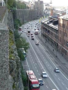La circulation &agrave; Stockholm sur un grand boulevard qui longe la mer, &agrave; 17h30, un lundi<br />