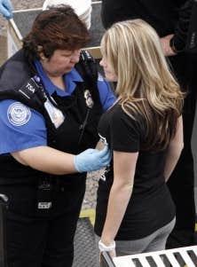 Les voyageurs aux &Eacute;tats-Unis doivent choisir entre les scanneurs corporels et la fouille manuelle.<br />