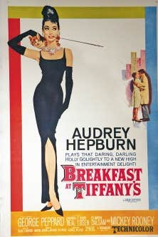 La robe noire semble toujours rallier les inconditionnelles du raffinement de toutes les g&eacute;n&eacute;rations. Cette pi&egrave;ce mythique peut autant jouer le style mis&eacute;rabiliste &agrave; la &Eacute;dith Piaf que la carte pleine de charme et d&rsquo;&eacute;clat immortalis&eacute;e en 1961 par Audrey Hepburn, dans le film Breakfast at Tiffany&rsquo;s, dont on voit ici l&rsquo;affiche.<br />