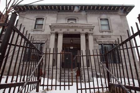 Construite en 1844 &agrave; l&rsquo;angle des rues Sherbrooke et Clark, la maison Notman a &eacute;t&eacute; class&eacute;e monument historique en 1979. Dans les ann&eacute;es 2000, des projets pour le transformer en h&ocirc;tel ou en condos ont tous &eacute;chou&eacute;.<br />