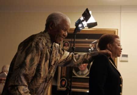 Nelson Mandela a fêté ses 90 ans dans son village natal de Qunu avec son épouse Graca Machel et ses proches.   , notamment avec son épouse passé Former South African President Nelson Mandela (L) walks into his leaving room with the help of his wif