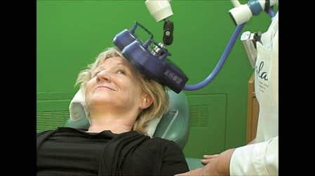 L'appareil de stimulation magnétique transcrânienne répétitive (SMTr) est placé sur la tête d'une patiente.<br />