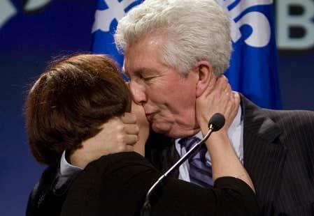 Soutenu par sa conjointe, Yolande Brunelle, Gilles Duceppe a annonc&eacute; hier soir sa d&eacute;mission comme chef du Bloc qu&eacute;b&eacute;cois apr&egrave;s sa d&eacute;faite-surprise dans Laurier-Sainte-Marie.<br />
