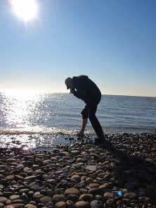 Le frisson de plaisir attendu de tous est le rituel de la trempette du gros orteil dans l&rsquo;oc&eacute;an Arctique. L&rsquo;eau est froide, mais l&rsquo;&eacute;motion est forte.<br />