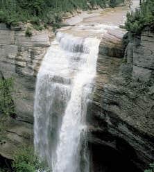 La chute Vaur&eacute;al d&eacute;gringole de 76 m&egrave;tres dans le canyon depuis le plateau coiff&eacute; de sa toison d&rsquo;&eacute;pinettes.<br />