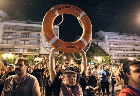 Devant l&rsquo;ambassade am&eacute;ricaine &agrave; Ath&egrave;nes, des manifestants d&eacute;noncaient l&rsquo;interdiction impos&eacute;e par la Gr&egrave;ce aux navires &agrave; destination de Gaza de lever l&rsquo;ancre.<br />