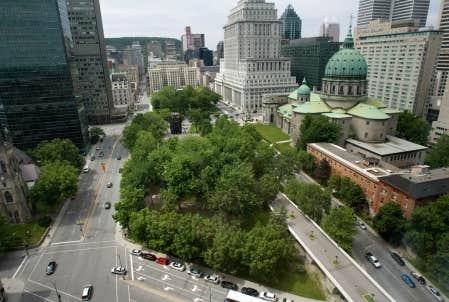 Le contrat de planification du réaménagement et de la mise en valeur du square Dorchester et de la place du Canada a été accordé à Claude Cormier architectes paysagistes et à la firme Cardinal Hardy en l'an 2000.
