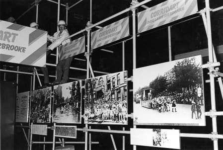 Corridart, l&rsquo;exposition culturelle organis&eacute;e pour les Jeux olympiques, d&eacute;mantel&eacute;e par des employ&eacute;s de la Ville de Montr&eacute;al durant la nuit du 13 juillet 1976.<br />