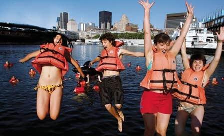 Il fait beau, il fait chaud et ces jeunes ont fait ce que doit, hier: plonger dans les eaux du Vieux-Port.<br />