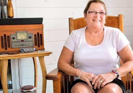 Carmen Bombardier est la fille du violonneux Louis Beaudoin. Elle vit toujours &agrave; Burlington, tout pr&egrave;s du quartier Lakeside, o&ugrave; vivait une importante communaut&eacute; francophone travaillant &agrave; l&rsquo;usine de coton voisine<br />