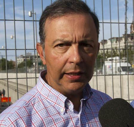 Le ministre des Transports, Sam Hamad, lors de son passage pr&egrave;s de l&rsquo;autouroute Ville-Marie, le jour de l&rsquo;effondrement de la poutre et des parelumes du tunnel Viger. &laquo;L&rsquo;effondrement de la poutre est li&eacute; aux travaux de construction qui &eacute;taient en place&raquo;, a-t-il dit s&egrave;chement, hier.<br />