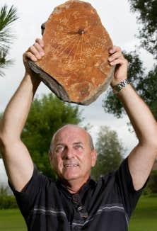 Michel Marchand est un artisan cadranier, fou d&rsquo;astronomie et d&rsquo;instruments de navigation anciens.<br />