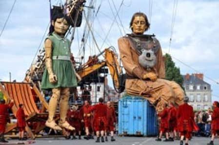 Le spectacle La Géante du Titanic et le Scaphandrier met en scène deux marionnettes en bois de plus de 5 et 10 mètres de haut manipulées par des dizaines d'humains au sol.