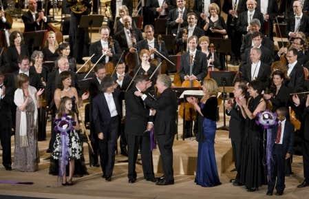 Le premier ministre du Qu&eacute;bec, Jean Charest, et le pr&eacute;sident du conseil d&rsquo;administration de l&rsquo;Orchestre symphonique de Montr&eacute;al (OSM), Lucien Bouchard, ont inaugur&eacute; hier soir sans fausse note la Maison symphonique de Montr&eacute;al sous le regard brillant du maestro Kent Nagano, des musiciens et d&rsquo;un parterre de spectateurs tri&eacute;s sur le volet.<br />