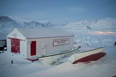 Les vieilles cabanes de la compagnie de la Baie d&rsquo;Hudson sont toujours pr&eacute;sentes &agrave; Pangnirtung.<br />