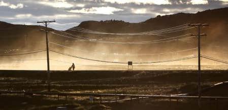 Une femme prom&egrave;ne un enfant en poussette &agrave; Iqaluit, au Nunavut. En 2009, pr&egrave;s d&rsquo;un Canadien sur dix vivait sous le seuil de la pauvret&eacute;. Parmi les groupes les plus touch&eacute;s, on retrouve notament les femmes et les autochtones.<br />