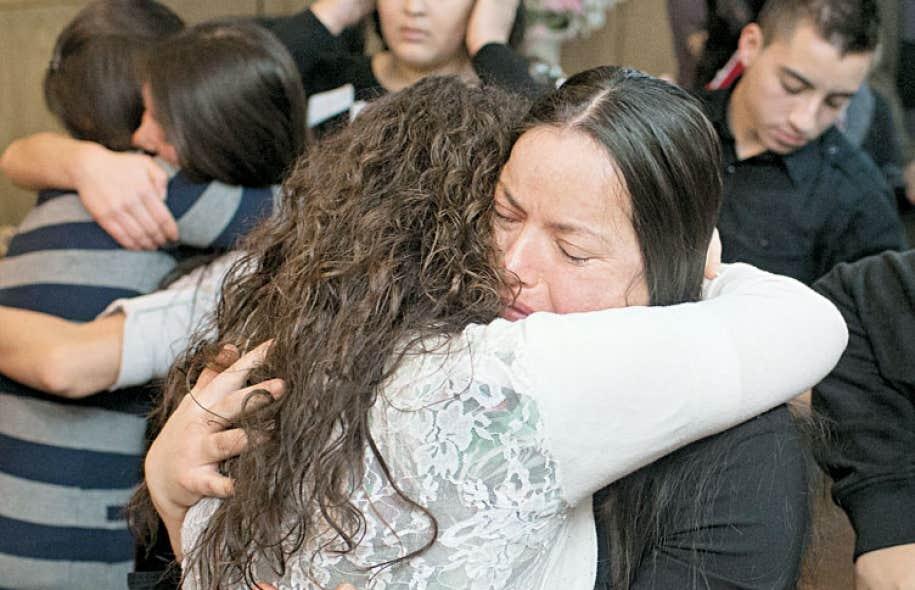 Marisol Mendez est réconfortée par une proche à l'église où sa famille a demandé devant les médias une révision de la décision gouvernementale les expulsant vers le Mexique.
