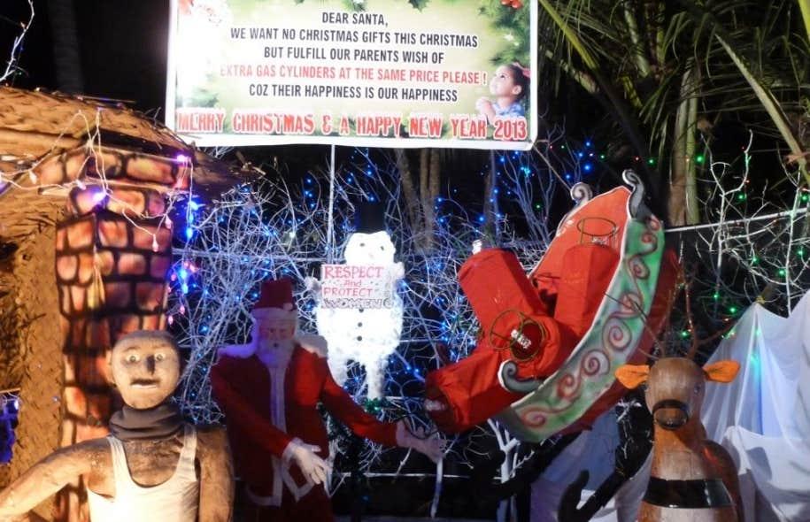 La crèche la plus spectaculaire que nous avons vue était politisée. Un bonhomme de neige tient une pancarte qui dit: «Respectez et protégez nos femmes», en référence à un viol collectif, d'une violence épouvantable, récemment commis à Delhi.