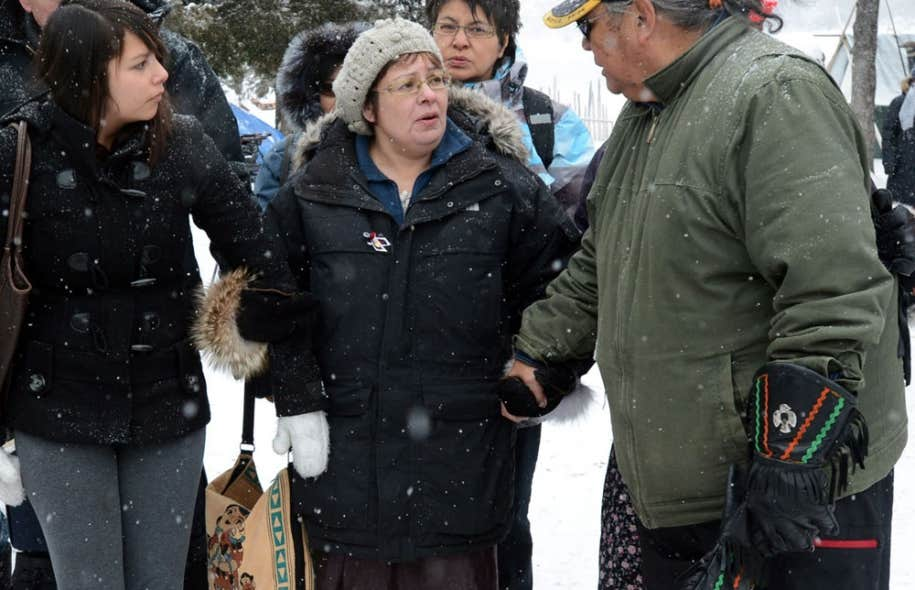 La grève de la faim de la chef d'Attawapiskat, Theresa Spence (au centre), en est à sa 24e journée.