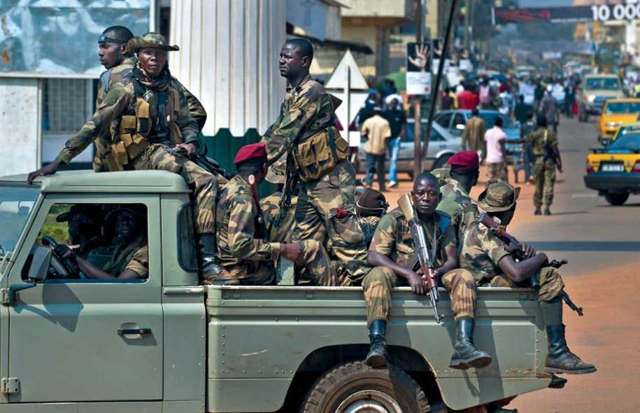 Les forces de sécurité du gouvernement patrouillent durant une manifestation se tenant au centre-ville de Bangui, en République centrafricaine.