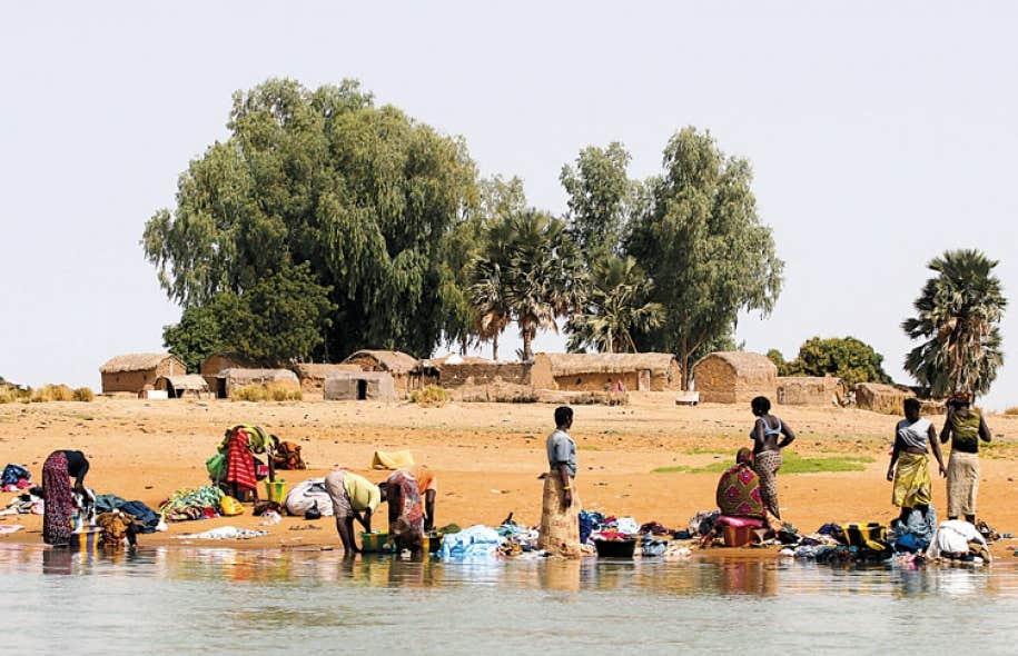 Des Maliens de la région de Mopti font la lessive sur les rives du fleuve Niger.