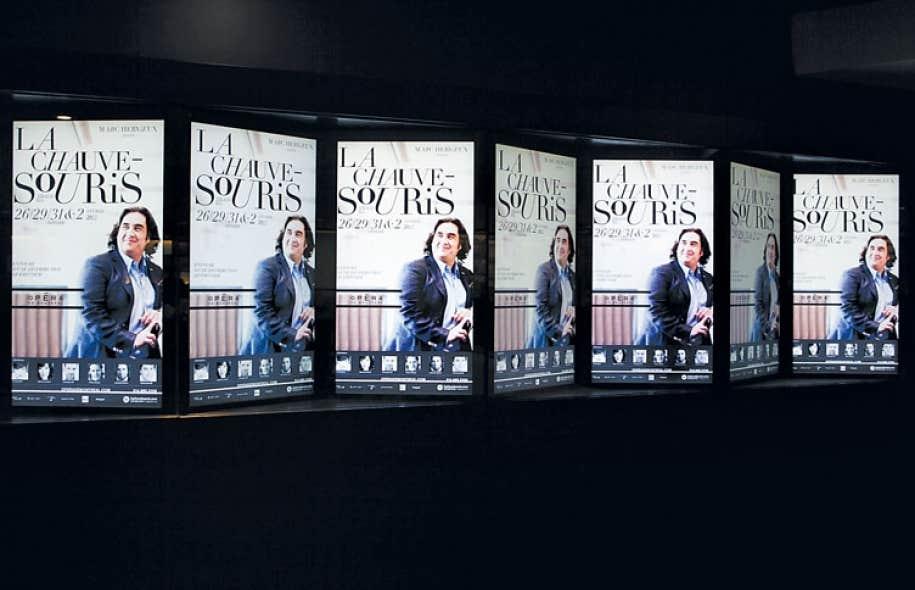 L'Opéra de Montréal a retiré l'affiche de La chauve-souris des murs de la Place des Arts. Une seconde a été préparée, celle-là utilisant une photo du ténor Marc Hervieux.