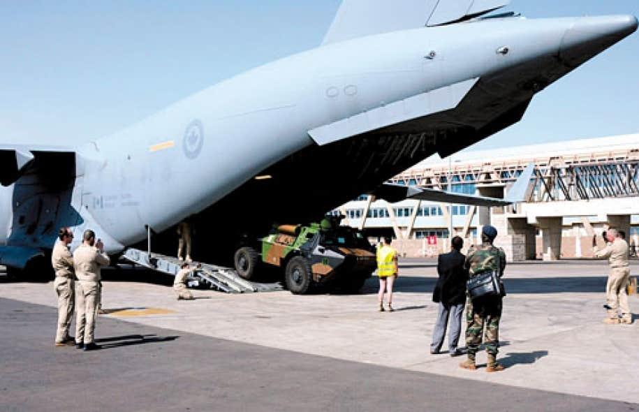 Un véhicule militaire français est déchargé du C-17 canadien à Bamako. Comme la Grande-Bretagne et les États-Unis, le Canada soutient la mission au Mali en aidant au transport de matériel.