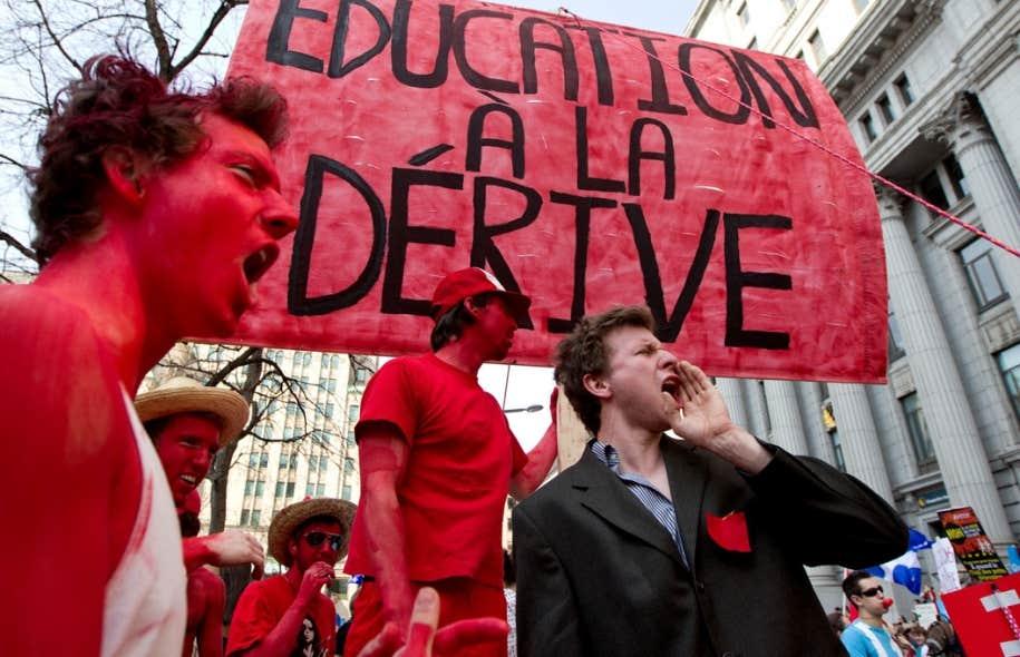 De jeunes opposants à la hausse des droits de scolarité proposé par le gouvernement libéral de Jean Charest, lors d'une manifestation en mars 2012