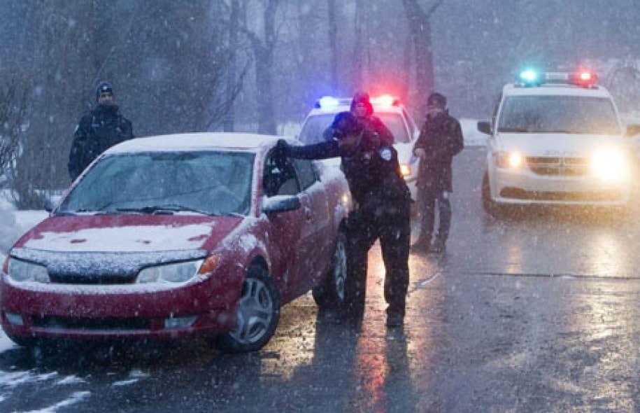 Des policiers interceptent un automobiliste. Le document dont Le Devoir a obtenu copie mentionne que des mesures doivent être prises par les superviseurs afin d'atteindre les objectifs en matière de contrôle de la circulation.