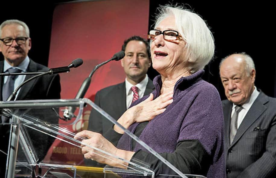 La fondatrice du Festival TransAmériques, Marie-Hélène Falcon, a reçu le prix des mains de Michael Applebaum et de Charles Lapointe, président du Conseil des arts de Montréal.