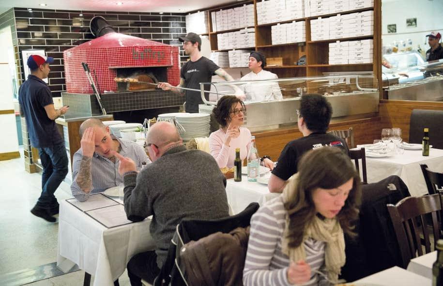 Le décor de La Bottega, à Montréal, est simple, avec un grand four tapissé de petits carreaux de céramique.