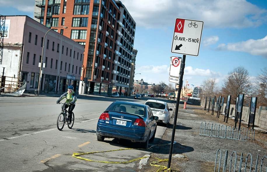 Lundi, des voitures bloquaient toujours la piste cyclable du Vieux-Port, à Montréal, malgré l'interdiction de stationner désormais en vigueur. La cohabitation entre automobilistes et cyclistes ne va pas toujours de soi dans la métropole, ce que veulent changer les fondateurs de la Coalition vélo Montréal.