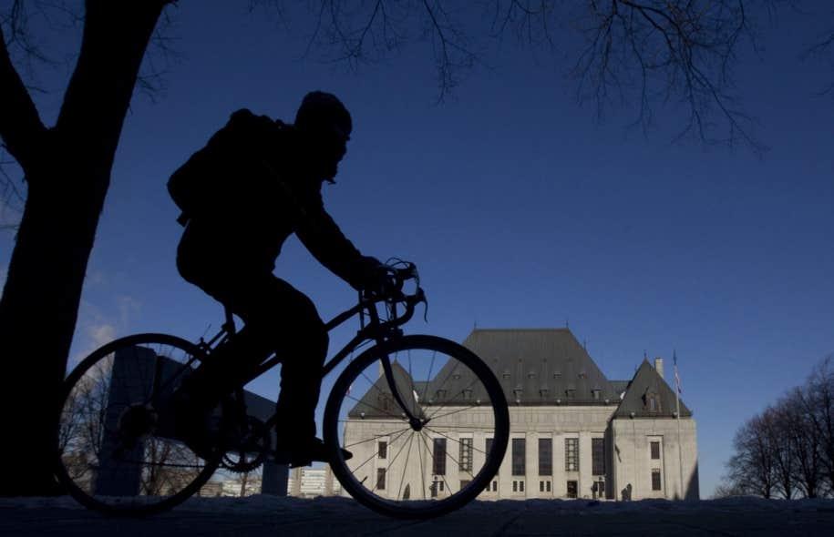 Un cycliste passe devant l'édifice de la Cour suprême, à Ottawa. En acceptant en 1981 de traiter des conventions, de la légalité du processus de rapatriement de la Constitution et de ses conséquences prévisibles, les juges s'immisçaient dans le champ du politique.