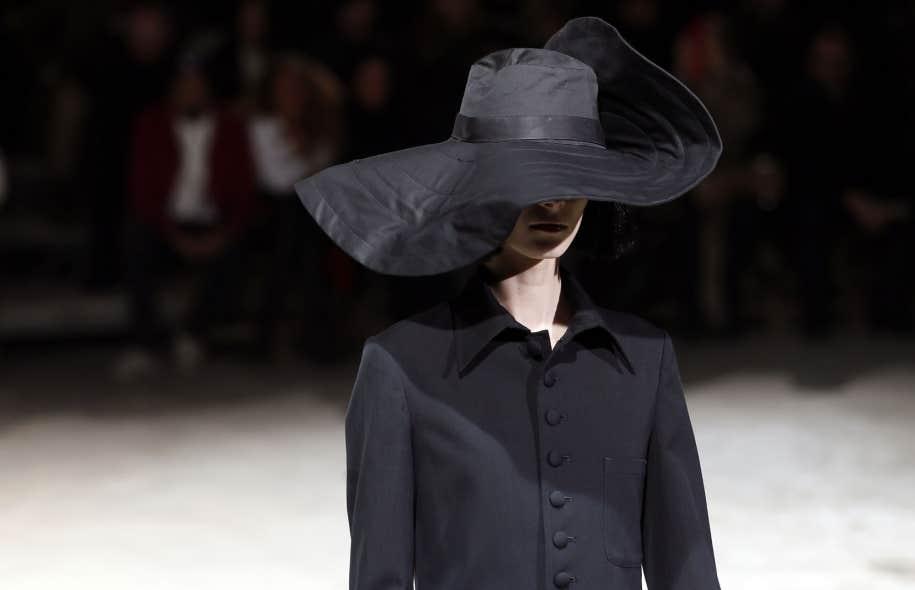 <div> Une cr&eacute;ation de la collection automne-hiver 2013-14 de Yohji Yamamoto pr&eacute;sent&eacute;e &agrave; la Fashion Week de Paris en mars dernier.</div>