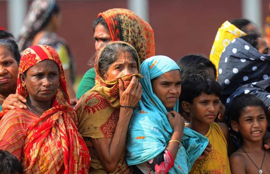 <div> Des travailleuses assistent aux fun&eacute;railles de coll&egrave;gues mortes dans l&rsquo;effondrement de l&rsquo;&eacute;difice Rana Plaza, au Bangladesh.&nbsp;</div>