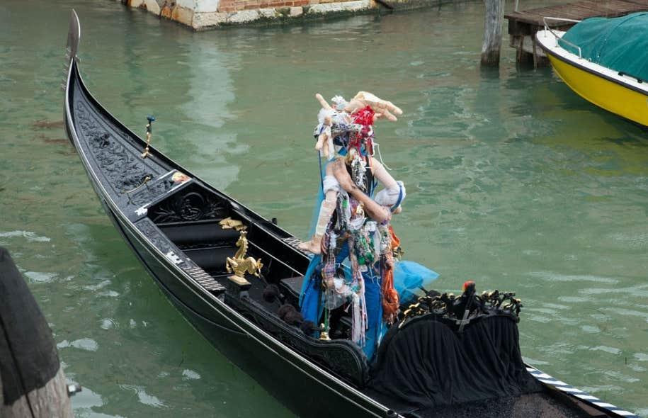 C'est sous la pluie et toujours à l'aveugle que l'artiste Raphaëlle de Groot a réalisé un parcours qui l'a menée jusqu'à l'embarcation d'un gondolier complice, qui l'a prise à son bord pour un trajet sur les canaux entre les sites de la Biennale.