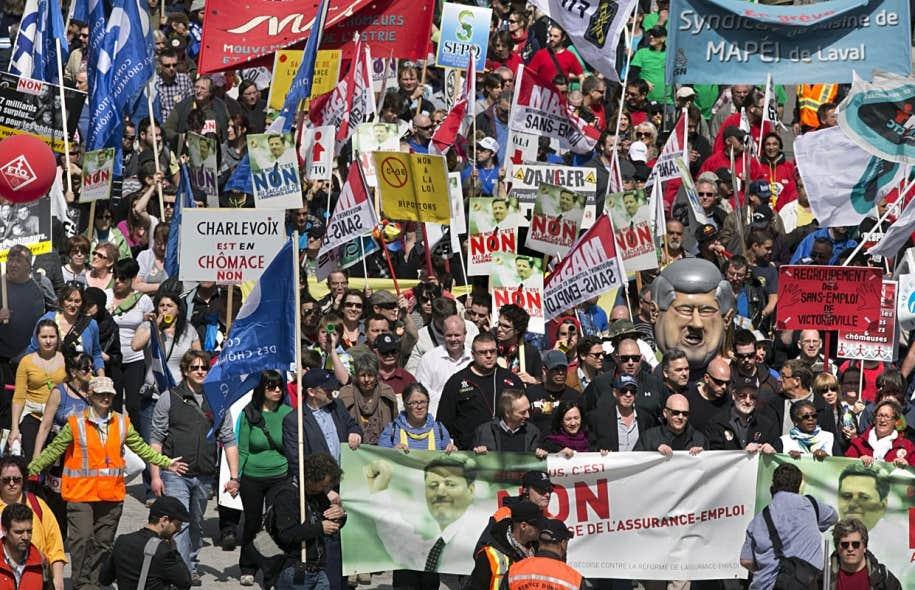 Grand rassemblement à Montréal contre la réforme de l'assurance-emploi en avril dernier. La réforme impose un délai supplémentaire à celui qui voudrait contester une décision de Service Canada. Ainsi, avant de pouvoir en appeler d'une décision, il y aura une période de révision, un exercice qui se fera sans que le plaignant puisse avoir accès à son dossier.