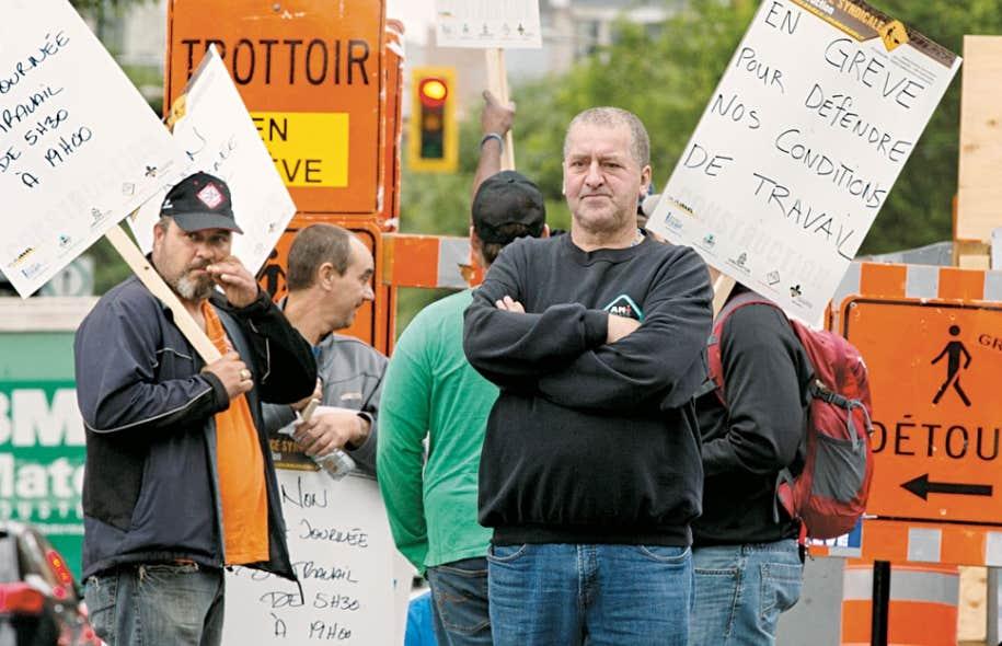 Des travailleurs du chantier du CHUM en bloquaient l'accès mardi matin à Montréal. Les parties patronale et syndicale ont tour à tour rencontré un conciliateur qui tente de les ramener à la table des négociations.