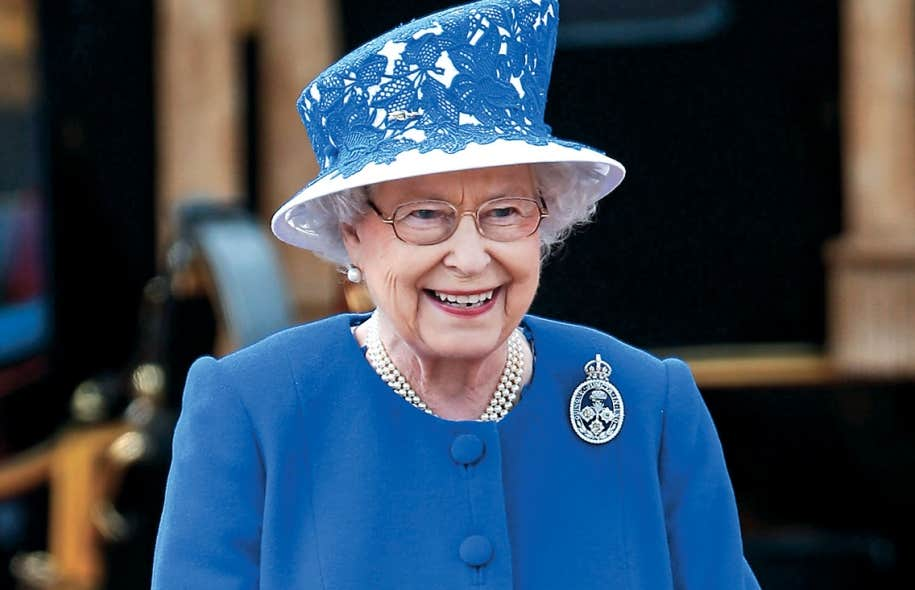 La reine Élisabeth II a pu accéder au trône uniquement parce que son père, le roi George VI, n'a pas eu de fils. La Loi de 2013 permet depuis peu que l'aîné de la famille royale accède au trône sans égard au sexe.