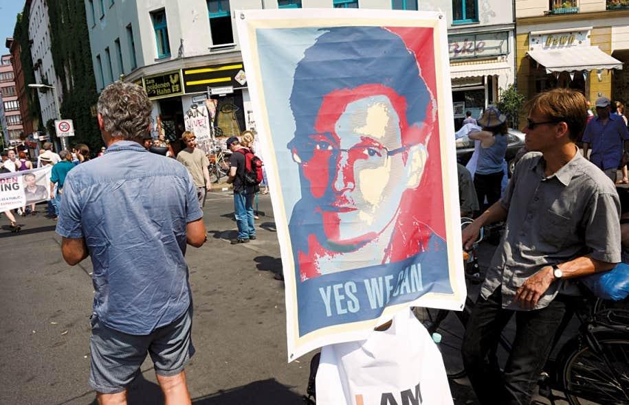 Un manifestant brandit une pancarte représentant Edward Snowden lors d'une marche de protestation contre les méthodes de collecte de données de l'Agence de sécurité nationale américaine (NSA) tenue la semaine dernière. En se basant sur des documents fournis par l'ex-agent de la NSA, le quotidien The Guardian a dévoilé mercredi l'existence d'un autre programme d'espionnage du Web.