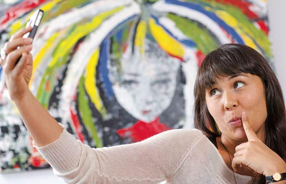 Le selfie est cette variation du portrait pris à l'aide d'une webcam ou d'un téléphone cellulaire.