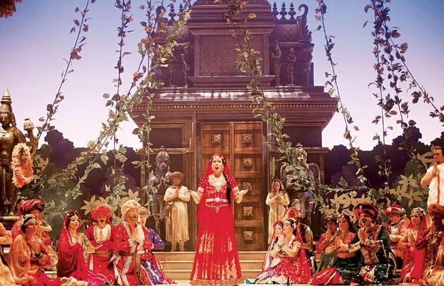 Audrey Luna remplace Eglise Gutiérrez dans le rôle de Lakmé au sein des mêmes décors et costumes foisonnants qui ont contribué à la magie en 2007.
